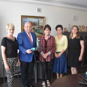 Wójt Gminy Sochocin przekazał placówkom oświatowym 20 laptopów w ramach projektu zdalna szkoła +