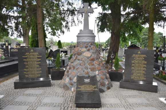 Grób żołnierzy polskich po renowacji zachwyca na nowo. Zakończono remont pomnika na sochocińskim cmentarzu
