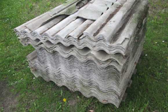 Zbierali szkodliwy eternit z dachów