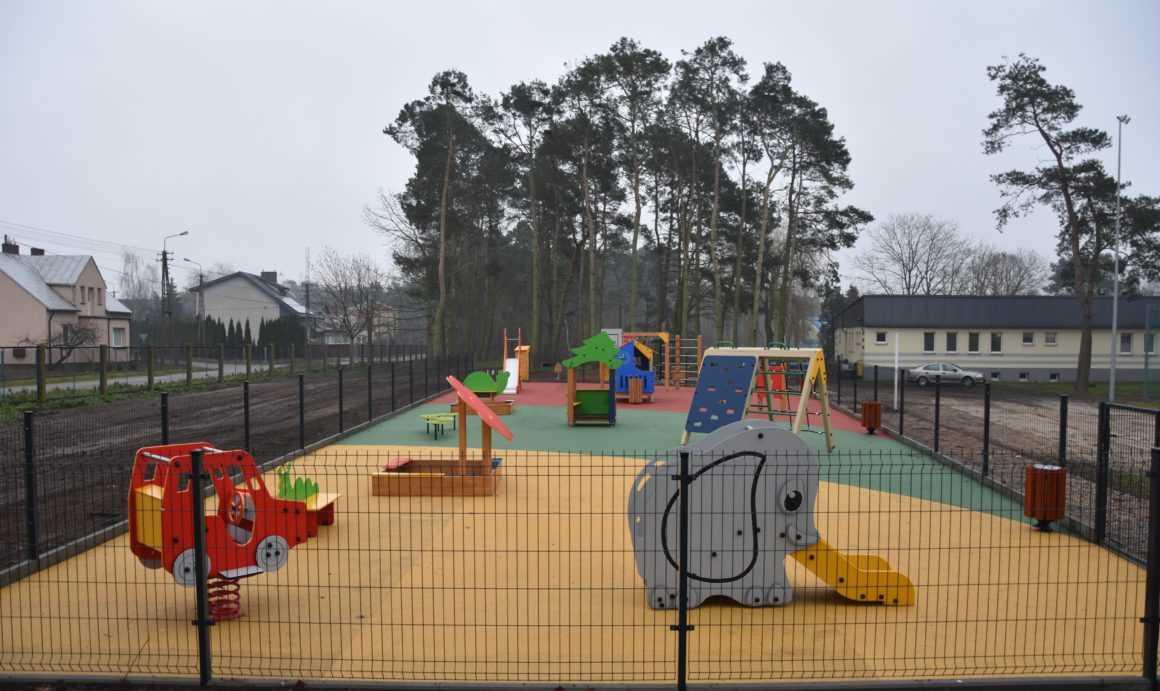 Nowy, nowoczesny plac zabaw w Sochocinie prezentuje się naprawdę ciekawie [FOTO]