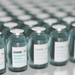 Szczepienia dla seniorów na COVID-19. W piątek rusza gminna infolinia